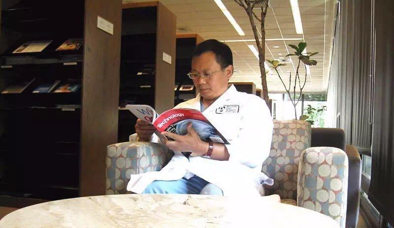 赴美期间黄教授在图书馆学习.jpg